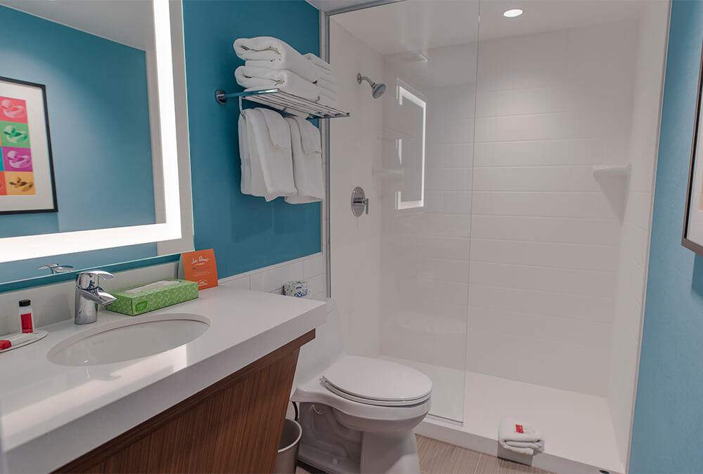 Parent's bathroom at Howard Johnson Anaheim hotel