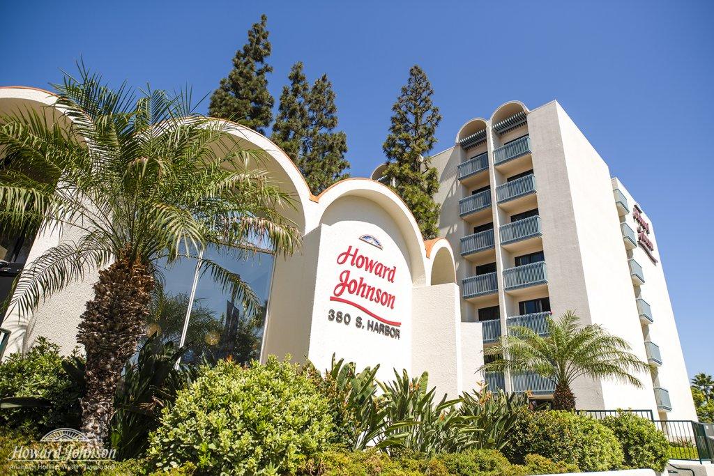 the exterior of Howard Johnson Anaheim