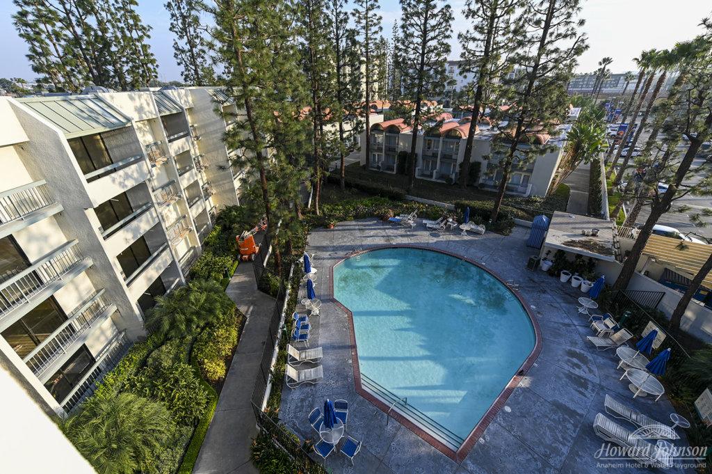 Howard Johnson Anaheim hotel pool area